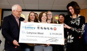 Lerynne West, de Iowa, reclama su premio de Powerball